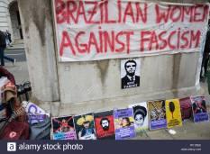 londra-regno-unito-il-12-gennaio-2019-un-banner-e-poster-portati-dai-sostenitori-di-donne-brasiliane-contro-il-fascismo-e-ele-no-gli-studenti-a-londra-una-manifestazione-di-protesta-al-di-fuori-dellambasciata-brasilia