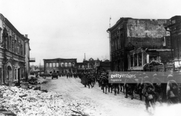 22nd January 1943: Red Army reinforcements arrive in Stalingrad during World War II to recapture the city from the German 6th Army. (Photo by Keystone/Getty Images)