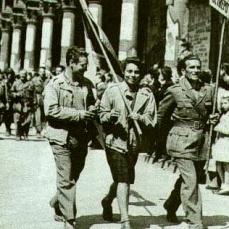 Partigiani_sfilano_per_le_strade_di_milano (1)